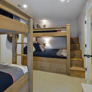 Immagine di una cameretta per bambini stile marino con pareti bianche e moquette