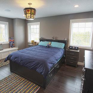 Aménagement d'une chambre d'enfant craftsman de taille moyenne avec un mur gris, un sol en bois foncé et un sol marron.