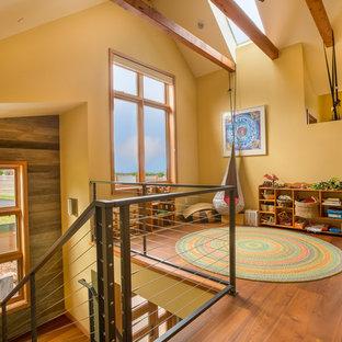 Foto di una cameretta per bambini design di medie dimensioni con pavimento in legno massello medio