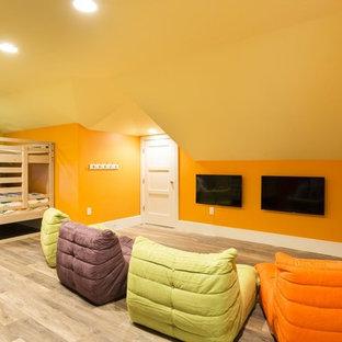 Klassisk inredning av ett stort könsneutralt barnrum kombinerat med sovrum och för 4-10-åringar, med klinkergolv i porslin, flerfärgade väggar och beiget golv