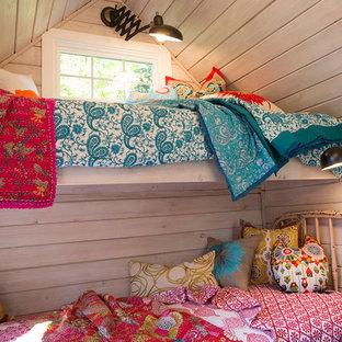 Foto på ett litet vintage flickrum kombinerat med sovrum, med vita väggar