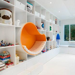 Modelo de dormitorio infantil de 4 a 10 años, minimalista, de tamaño medio, con paredes blancas y suelo blanco