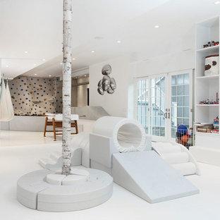 Inspiration för mycket stora moderna könsneutrala barnrum kombinerat med lekrum och för 4-10-åringar, med vita väggar och vitt golv