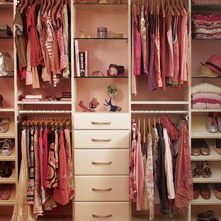 Esempio di una cameretta per bambini stile shabby con pareti rosa e pavimento in legno massello medio