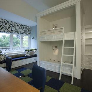 Esempio di una cameretta per bambini tradizionale con pareti bianche e parquet scuro