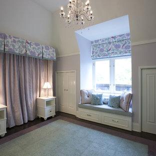 Modelo de dormitorio infantil de 4 a 10 años, tradicional, de tamaño medio, con suelo de madera oscura y paredes multicolor