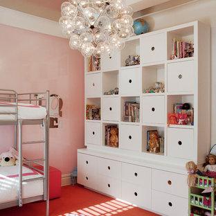 Foto på ett funkis flickrum, med rosa väggar, heltäckningsmatta och orange golv