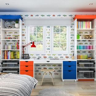 Immagine di una cameretta per bambini da 4 a 10 anni design di medie dimensioni con pareti bianche e parquet chiaro