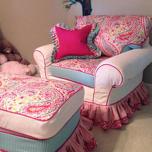 Immagine di una cameretta per bambini da 1 a 3 anni american style di medie dimensioni con pareti beige e moquette