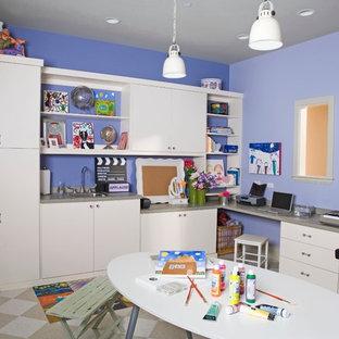 Idéer för mellanstora funkis könsneutrala barnrum kombinerat med skrivbord och för 4-10-åringar, med blå väggar, linoleumgolv och flerfärgat golv