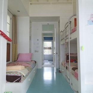 Neutrales Maritimes Kinderzimmer mit Schlafplatz, weißer Wandfarbe, gebeiztem Holzboden und türkisem Boden in Boston