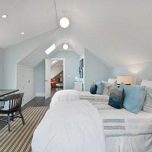 Ispirazione per una cameretta per bambini tradizionale con pareti blu e parquet scuro