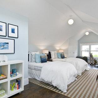 Neutrales Klassisches Jugendzimmer mit Schlafplatz, blauer Wandfarbe und dunklem Holzboden in San Francisco