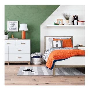 Inredning av ett modernt mellanstort pojkrum kombinerat med sovrum och för 4-10-åringar, med gröna väggar, ljust trägolv och beiget golv