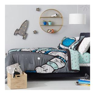 Esempio di una cameretta per bambini da 4 a 10 anni minimalista di medie dimensioni con pareti grigie, pavimento in legno verniciato e pavimento bianco