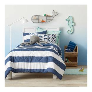 Idee per una cameretta per bambini da 4 a 10 anni minimalista di medie dimensioni con pareti blu e parquet chiaro