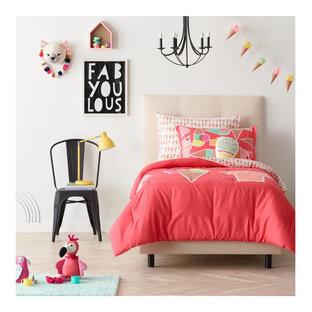 Imagen de dormitorio infantil de 4 a 10 años, moderno, de tamaño medio, con paredes blancas y suelo de madera clara