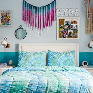 Esempio di una cameretta per bambini da 4 a 10 anni bohémian di medie dimensioni con pareti blu, moquette e pavimento beige