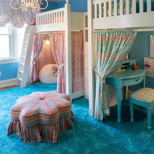 Inredning av ett klassiskt stort flickrum kombinerat med sovrum och för 4-10-åringar, med blå väggar och mellanmörkt trägolv