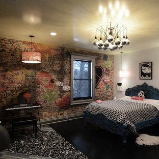 Foto på ett mellanstort industriellt flickrum kombinerat med sovrum och för 4-10-åringar, med flerfärgade väggar, mörkt trägolv och svart golv