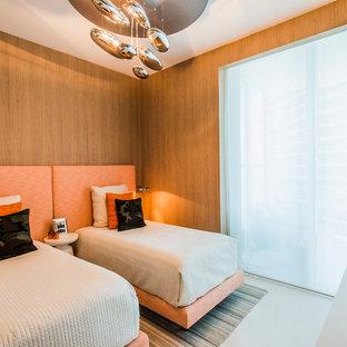 Klassisk inredning av ett könsneutralt tonårsrum kombinerat med sovrum, med kalkstensgolv