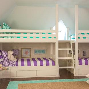 Idee per una cameretta da letto chic di medie dimensioni con pareti bianche e pavimento in legno massello medio