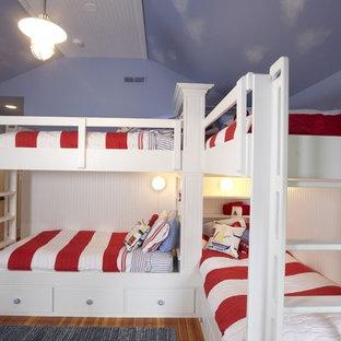 Inspiration för ett vintage könsneutralt barnrum kombinerat med sovrum och för 4-10-åringar, med blå väggar och mellanmörkt trägolv
