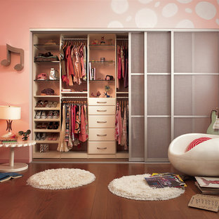 Example of a trendy girl kids' room design in New York