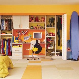 Foto på ett vintage barnrum kombinerat med skrivbord, med gula väggar och flerfärgat golv