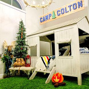 Idee per una piccola cameretta per bambini da 1 a 3 anni bohémian con pareti beige, moquette e pavimento verde