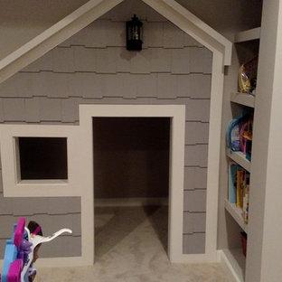 Esempio di una piccola cameretta per bambini da 4 a 10 anni chic con pareti grigie e moquette