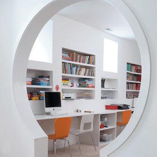 Foto di una cameretta per bambini da 4 a 10 anni minimalista con pareti bianche e moquette