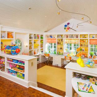 Inspiration för ett stort vintage könsneutralt barnrum, med vita väggar och mellanmörkt trägolv