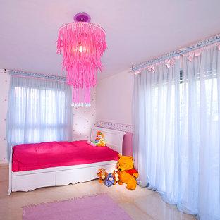 Bild på ett funkis barnrum kombinerat med sovrum, med vita väggar