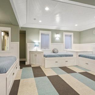 Aménagement d'une chambre d'enfant bord de mer de taille moyenne avec un mur vert, moquette, un sol multicolore, un plafond à caissons et boiseries.