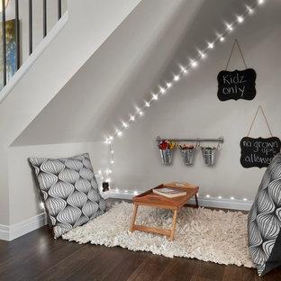 Immagine di una piccola cameretta per bambini da 4 a 10 anni classica con pareti beige e parquet scuro
