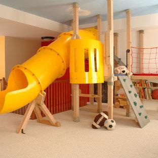 Свежая идея для дизайна: большая нейтральная детская с игровой в классическом стиле с бежевыми стенами и ковровым покрытием для ребенка от 4 до 10 лет - отличное фото интерьера