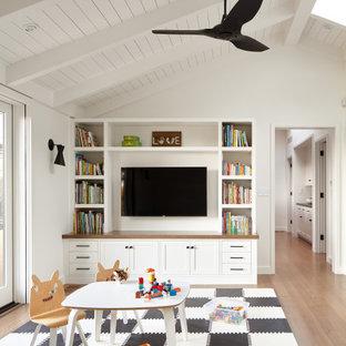 Immagine di una cameretta per bambini da 1 a 3 anni chic con pareti bianche, pavimento in legno massello medio, pavimento marrone e soffitto in perlinato
