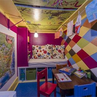 Exempel på ett litet eklektiskt barnrum, med flerfärgade väggar, linoleumgolv och blått golv