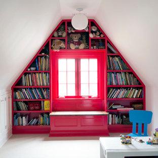 Inspiration för mellanstora klassiska könsneutrala barnrum kombinerat med lekrum och för 4-10-åringar, med heltäckningsmatta och röda väggar
