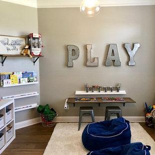Esempio di una cameretta per bambini da 4 a 10 anni chic di medie dimensioni con pareti grigie e pavimento in legno massello medio