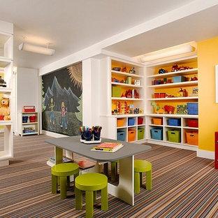 Immagine di una grande cameretta per bambini da 4 a 10 anni minimal con pareti gialle, moquette e pavimento multicolore