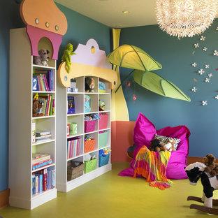 Immagine di una stanza dei giochi eclettica con pareti blu e pavimento verde