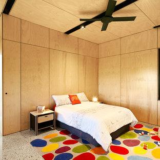 Foto di una grande cameretta per bambini da 1 a 3 anni minimal con pareti beige e pavimento in cemento
