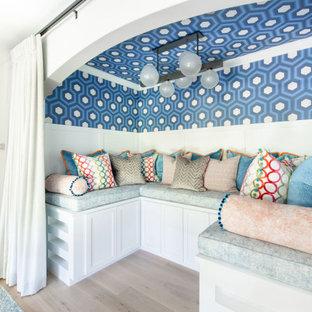 Cette photo montre une grand chambre neutre chic avec un bureau, un mur bleu, un sol en bois clair, un plafond en papier peint et du papier peint.