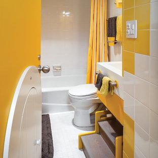Immagine di una grande cameretta per bambini da 4 a 10 anni boho chic con pareti bianche, parquet chiaro e pavimento beige