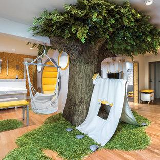 Inspiration för stora eklektiska könsneutrala barnrum kombinerat med lekrum och för 4-10-åringar, med ljust trägolv och beiget golv