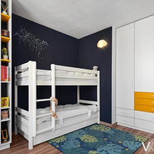 Idee per una cameretta per bambini da 4 a 10 anni moderna di medie dimensioni con pareti blu, pavimento in laminato e pavimento marrone