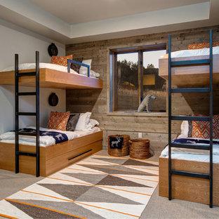Modelo de dormitorio infantil de 4 a 10 años, rural, con paredes blancas, moqueta y suelo marrón
