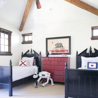 Ispirazione per una cameretta per bambini mediterranea con pareti bianche, moquette e pavimento grigio